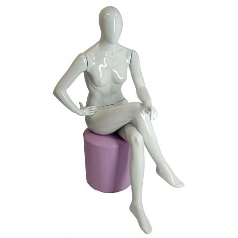 Manequim feminino sentado mão no joelho